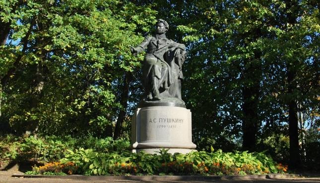 Памятник поэту в Пушкинских Горах